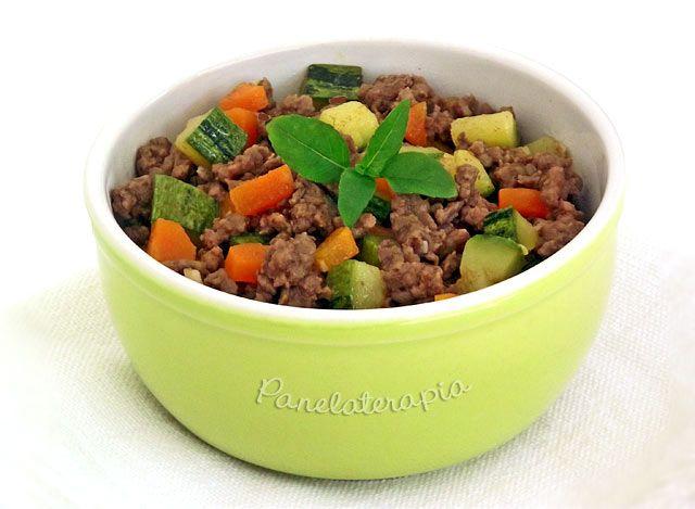 Refogar legumes junto com a carne moída é uma dica boa para quem tem crianças enjoadinhas para comer, sem contar os maridos que também não são fãs de legumes. Além de ser uma opção mais saudável el…
