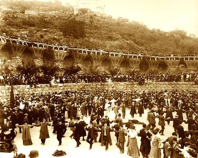 Park Güell / Album / Foto de la época durante los Juegos Florales en el Parque Güell.