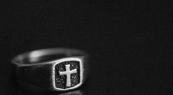 L a primera persona que conocí más de cerca en el extranjero tenía un elegante acento inglés y un anillo en su dedo meñique. Al tiempo, me enteré de que el anillo no era una simple joya, sino que t…