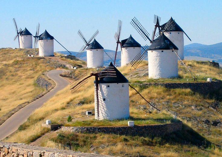 Los molinos de viento de Consuegra, vistos desde el Castillo. La Mancha, Spain.