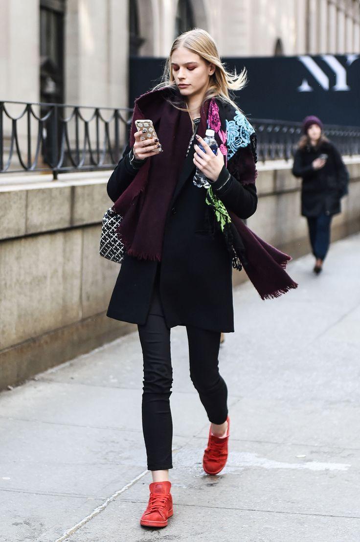outfits con zapatillas- Rojo intenso