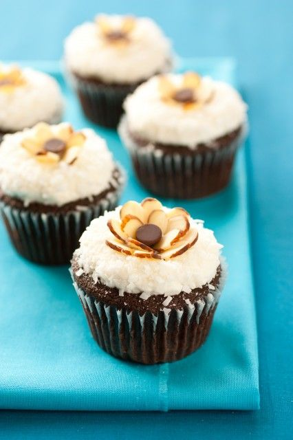 Almond Joy Cupcakes - moist chocolate cupcake, coconut frosting, coconut flakes and almonds. Simply amazing!