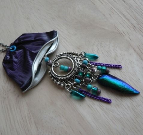 """Sautoir """"Violet Medusa"""" aluminium, élytre de scarabée, perles et métal : Collier par pipit-farlouse"""