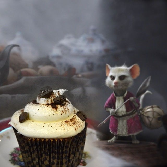 Mallymkun:  Η Mallymkun, η μουσκαρδίνα γνωστή για το θάρρος της, πάντα παρούσα στα tea party του Mad Hatter, ίσως και λίγο ερωτευμένη μαζί του δε θα μπορούσε να λείπει απο το δικό μας τραπέζι.  Cupcake με γκανάζ λευκής σοκολάτας με espresso, κονιάκ και βουτυρόκρεμα μασκαρπόνε, cream cheese και επικάλυψη κακάο και στιγμιαίο καφέ.