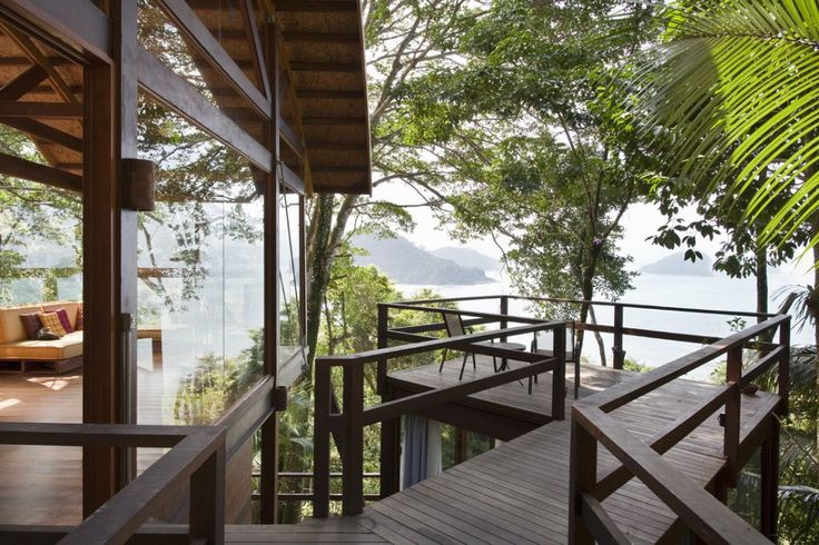 Casa da Praia do Félix by architects Vidal & Sant'Anna, Ubatuba on Brazil's southeast coast.