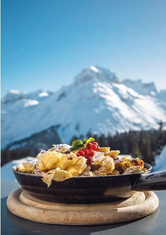 Genießen im Alten Goldenen Berg! Ein flaumiger Kaiserschmarrn vor der herrlichen Kulisse der Lecher Bergwelt. #Lech #Arlberg #Kaiserschmarrn #Genuss #Kulinarik #Skifahren #AlterGoldenerBerg