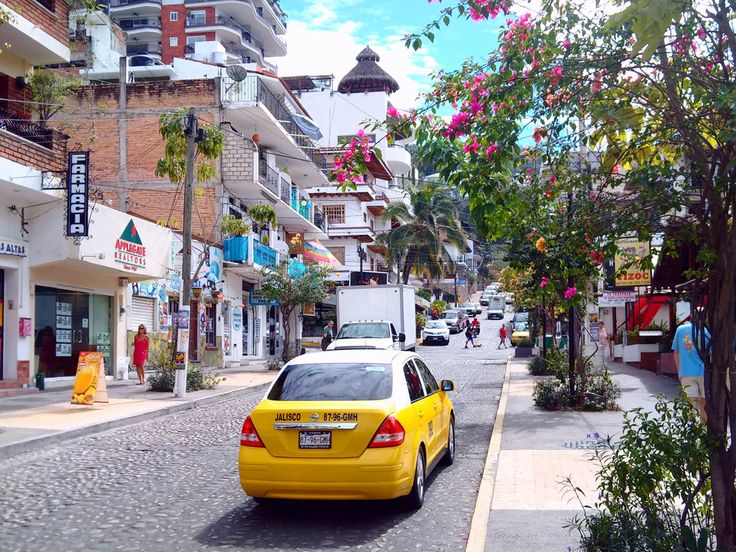 A group of taxi drivers working in Puerto Vallarta blocked an Uber driver and forced two foreign tourists traveling in the unit to get out of the car.