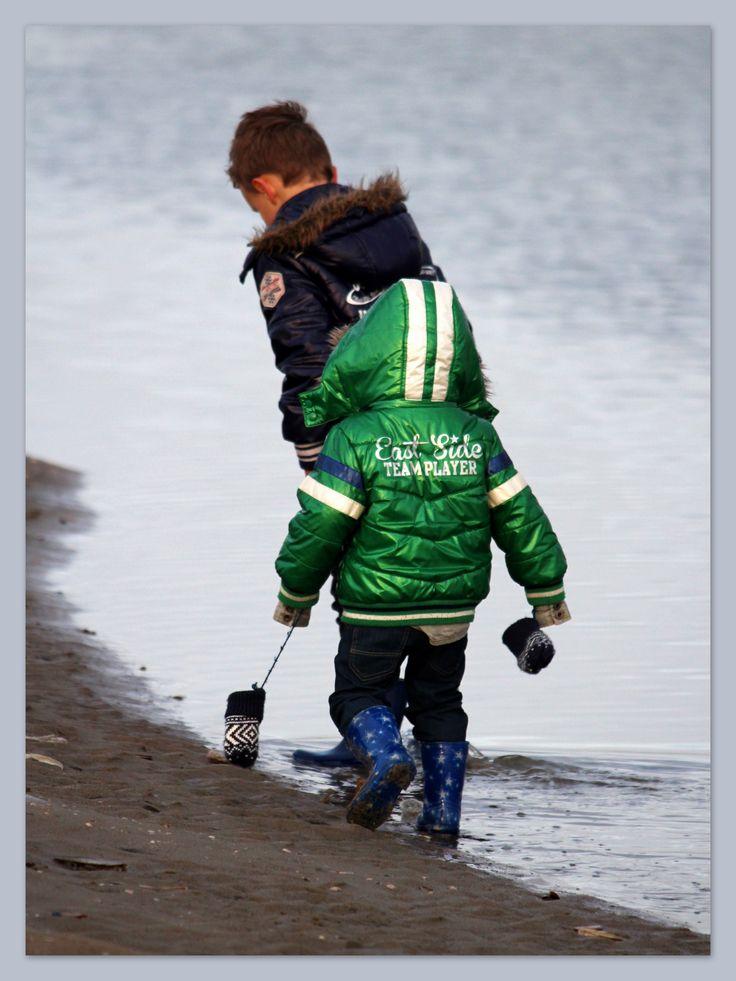 kinderen stappen over strand