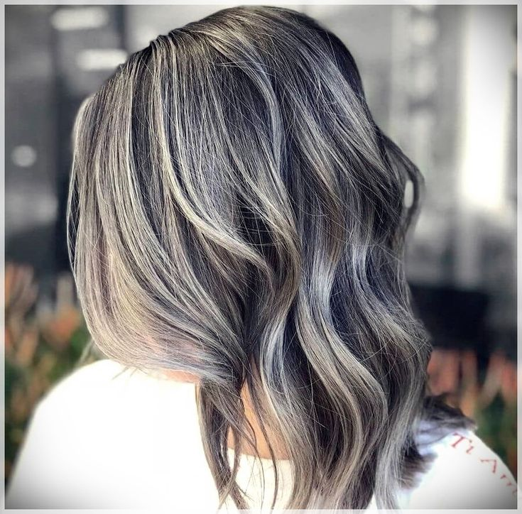 Grey Hair Lady: Dyed or Pure, Listed here are The Traits of The Yr