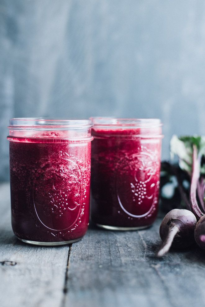 Simple Red Beet Power Smoothie - this simple detox smoothie is made with ingredients that you recognize! @healthynibs
