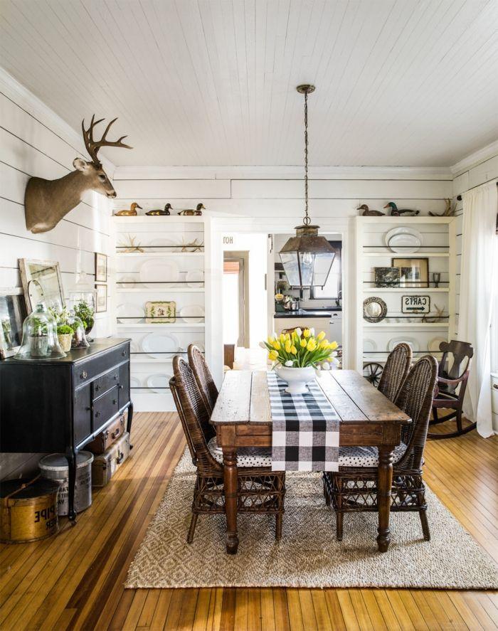 muebles salon, comedor con mesa de madera, alacena blanca, parqué y alfombra, cabeza de ciervo