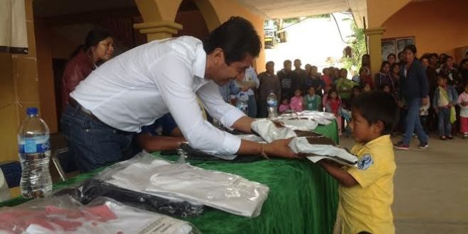 Oaxaca Digital | Entrega SEDESOH uniformes, útiles y calzado escolar en la Mixteca y Sierra Sur