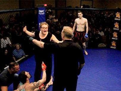 Blog Esportivo do Suiço: Mãe de lutador de MMA invade octógono após ver filho apagar