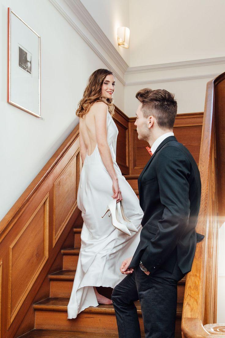 Wir wünschen euch mit diesem Foto eine traumhafte Wochenmitte! Für alle, die gerade ihre Hochzeit planen:  Vereinbart einen Termin in unserem Ladengeschäft, wir fertigen euch individuelle Trauringe ganz nach euren Wünschen.  Foto: @Aicee Pictures Kleid: @Ella_Deck Schmuck: @tendenzengoldschmiede Haare&Make Up: @JanaKruegerHairstyling Model: @ParagonModels  #hamburg #braut #braut2018 #eheringe #trauringe #goldschmiede