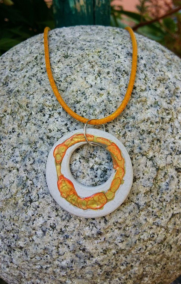 Beton Anhänger Kreis Serie: grey with colour aus Feinbeton grau Effektfarbe orange und gelb mit Gießharz versiegelt Ledercollier gelb 50 cm