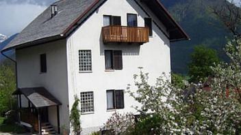 Hiša se nahaja na sončni lokaciji nad samim naseljem. Ponuja nam popolni pogled na celotno bovško kotlino in lepo okolico. Več o apartmajih v Bovcu najdete na www.viaSlovenia.com kategorija Bovec - Apartmaji.