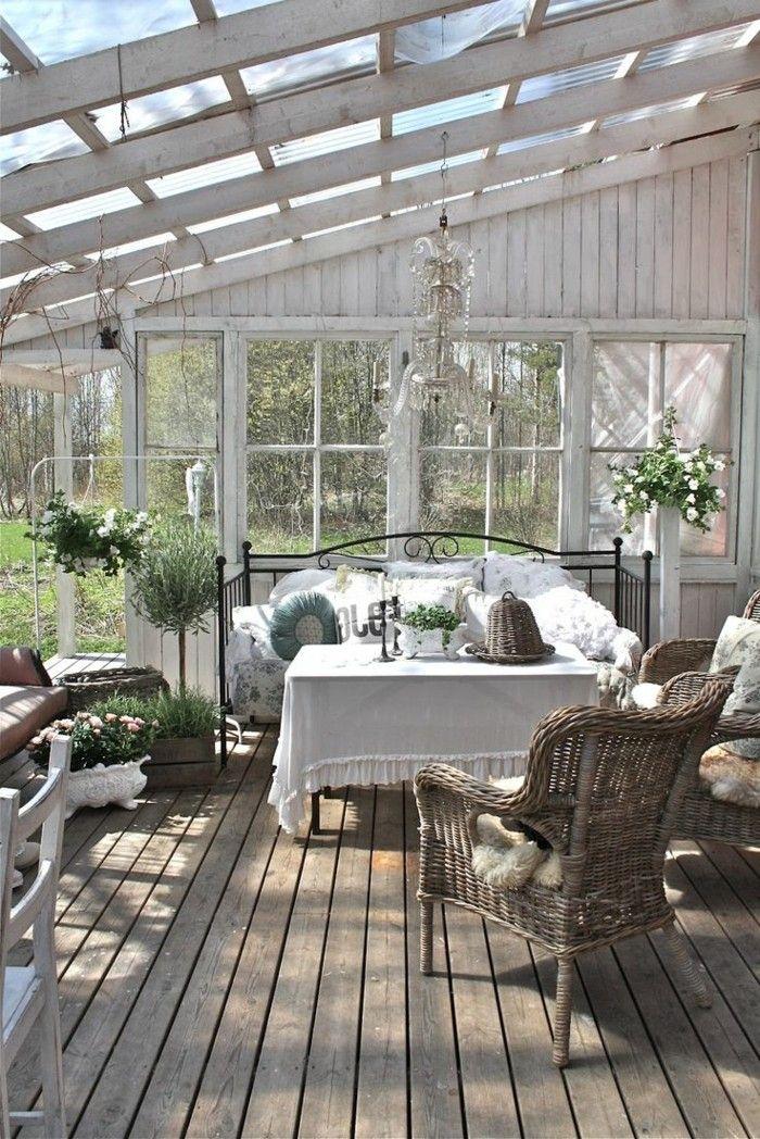 veranda en bois de couleur blanc sol en parquet foncé