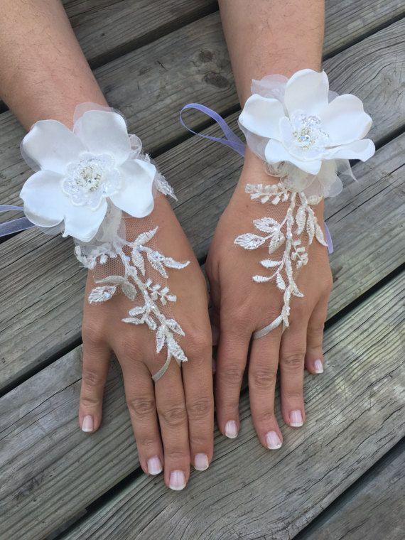 Grandi fiori guanti avorio da sposa in pizzo francese. Guanti