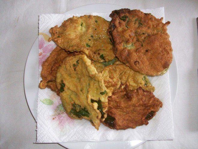 Belle foglie grandi di borragine immerse in pastella fatta con farina ,latte,uova  e  rapida frittura in olio bollente,