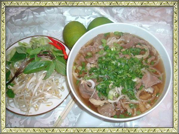 Il phở (fə̃ː) - un piatto tradizionale del Vietnam è una zuppa di spaghetti vietnamita, generalmente servita con carne di manzo (pho bo) o di pollo (pho ga). La zuppa contiene spaghetti di riso bianco (bánh phở) in brodo di manzo ed è generalmente servita con basilico, lime e germogli di soia che vengono aggiunti da chi lo mangia. Questo è il Phở con carne di manzo (pho bo)  http://viaggi.asiatica.com/