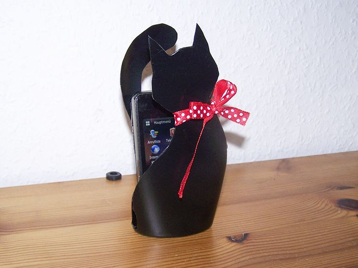 Shampookatze_Upcycling  Make a cell phone holder like this black cat from empty shampoo or conditioner bottles.