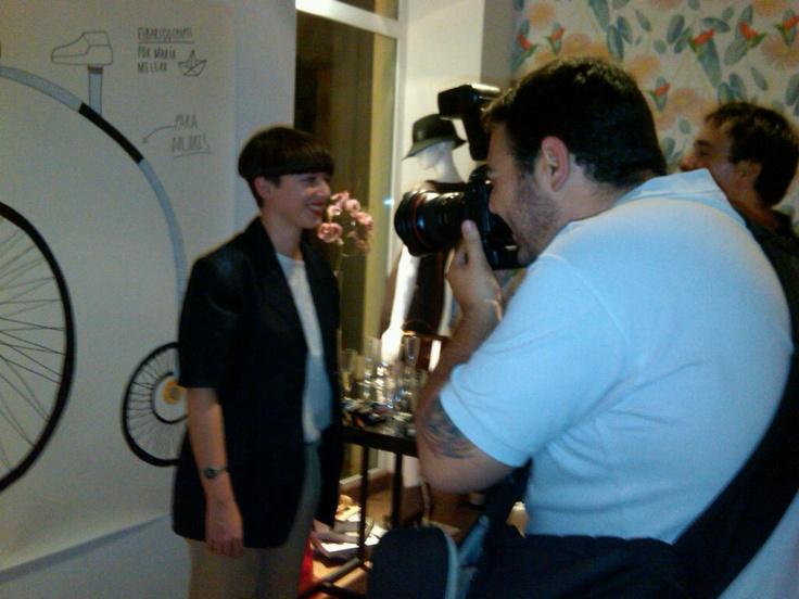 """Reportaje para La voz, en la fiesta de presentación del merchandising, para la colección otoño/ invierno de """"Dolores"""". 2010."""