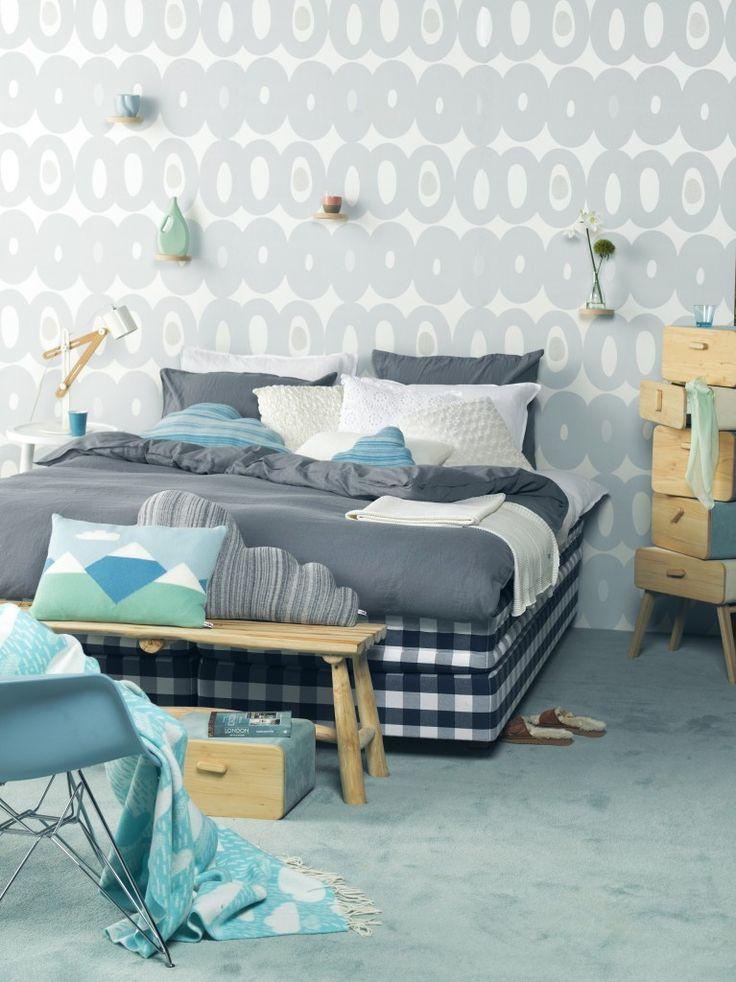 Blauw en wit zijn de klassieke kleur combinaties voor in een slaapkamer. Vul deze twee kleuren aan met verschillende tinten wit en blauw. Om het een beetje pit te geven kun je ook een tintje groen toevoegen aan de ruimte.