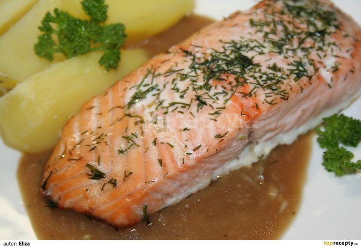 Porce lososa osolíme, opepříme, zakapeme citrónem a posypeme koprem. Poklademe máslem, vložíme do trouby rozehřáté na 250°C a pečeme 10-15 minut...