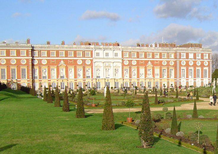 O Palácio Hampton Court, conhecido como o palácio de Henrique VIII, está às margens do Tâmisa e é fácil de chegar a partir do centro de Londres.
