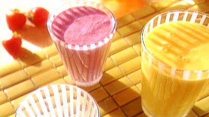 Smoothies - Recettes - À la di StasioIngrédients 1/2 tasse de tofu silken (soyeux) ou yogourt. 1 banane ou 1/2 tasse de fruits frais au choix (pêche, fraises, baies, mangue, etc.) 1/2 tasse de fruits congelés* au choix (fraises, bleuets ou autres fruits congelés) pour épaissir la préparation. Jus de fruits exotiques ou pomme, orange, canneberges etc., pour allonger. Pour sucrer : sirop d'érable ou miel.
