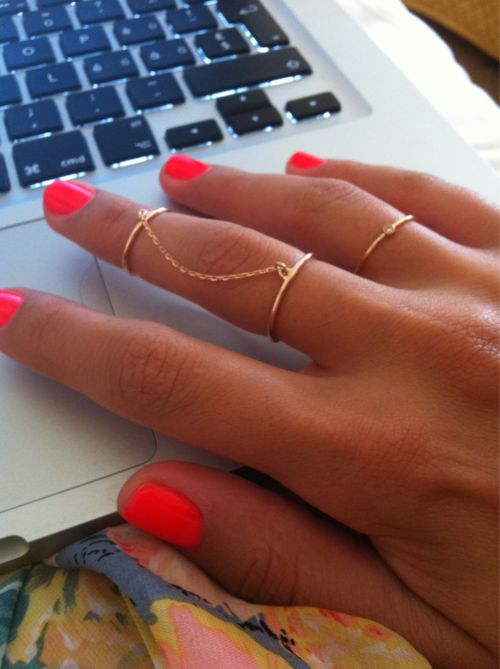 rings!: Cute Rings, Double Ring, Nails Colors, Chains Rings, Knuckle Rings, Gold Rings, Nails Polish, Neon Nails, Bright Nails