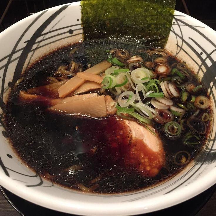 高井田系ではないと食べログで読んでいてさすがに大喜系のゴリっと胡椒ジャンクな富山ブラックではないだろうといろは系を想像して食べましたがそのどれでもありませんでした 頭にハテナが浮かびまくったまま食べ終えることになったのでまた行かないとかな #ブラックラーメン #ラーメン #京橋 #ramen by foodalmasa