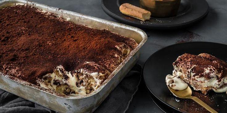 Tiramisu inneholder aromatisk krem, søt kjeks, sterk kaffe og et herlig lag kakao. Oppskrift på ekte italiensk Tiramisu med luftig krem.