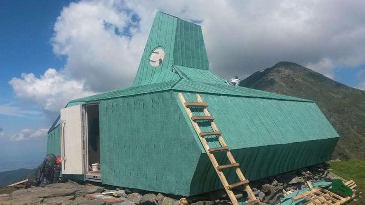 Un refugiu alpin modern construit la 2160 de metri altitudine, lângă lacul Călțun din Munţii Făgăraş este deschis din această săptămână pentru turiști. Aici se poate adăposti orice persoană care are nevoie de un mic popas sau se află într-o situație de criză. Construit la aproximativ 25 de metri deasupra vechiului refugiu, degradat din cauza... Citeste articol