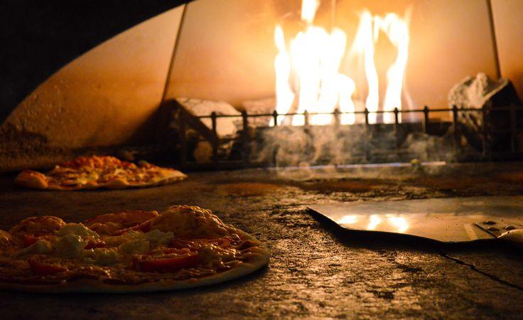 Het geheim voor de krokante #bodem is niet het #deeg, maar de #oven: die moet tot zo'n 400 °C kunnen verwarmen. Een #steenoven doet voor La Place the trick. #pizza