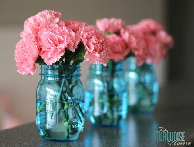 Procurar dois vasinhos azuis e usar flores rosa claro no arranjo