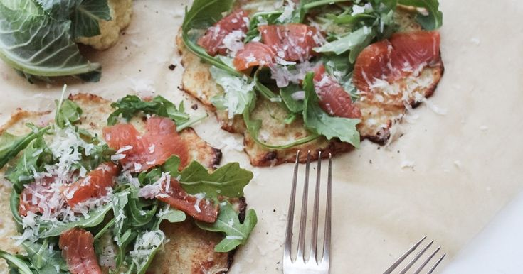 Både snabb och lättlagat att göra pizza på blomkål! Variera toppingen på pizzan, denna är med varmrökt lax, Västerbottenost, ruccola och citron zest.