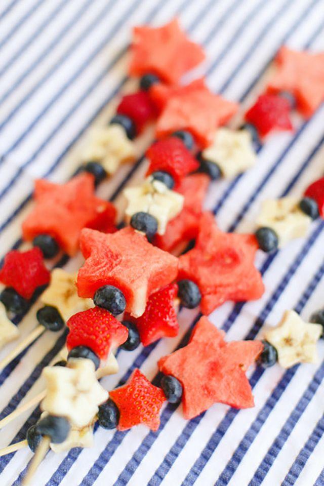 Denk ook eens aan gezonde snacks zoals fruit op je bruiloft! #hapjes #eten #catering #inspiratie #trouwen #bruiloft #fruit #watermeloen #bosbessen Gezonde snacks op je bruiloft | ThePerfectWedding.nl | Fotocredit: Ruth Eileen
