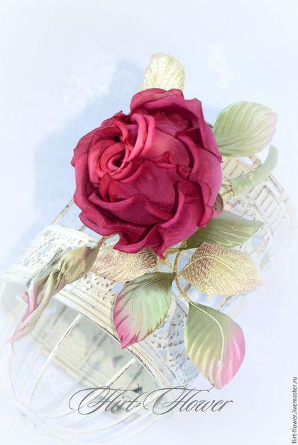 Красная бутонная роза из шелка. Роза из ткани для выпуксного бала. Цветок на платье выпускницы. Заказать цветок из шелка в прическу. Роза бутон на пиджак. Бутон розы на платье. Цветы для невесты.