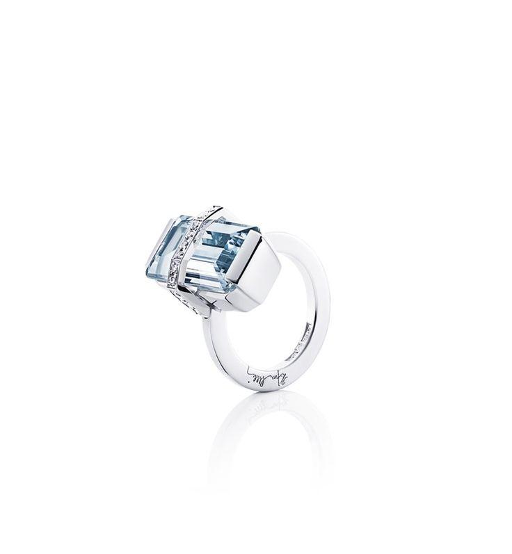Bend Over Ring – Aquamarine - Efva Attling  Vitt guld- 47 000kr