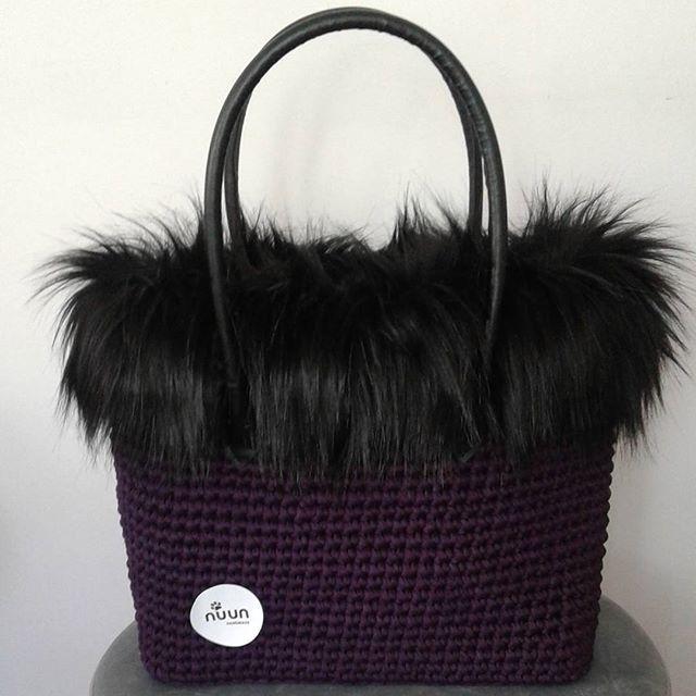 Mutlu pazarlar🎶 Yeni canta modelim,mor penye ip  pelus detayli💜👜 NOT: İsimsiz kullanmayiniz,emege saygi lutfen😉 #canta #çanta #kışlık #pelus #penyeip #mor #purple #siyah #elorgusu #elyapimi #handmade #handknit #knitlove #knit #maccoroni #spagettiyarn #iloveknitting #siparis #terapi #elemegi #moda #fashion #nuunhandmade #nuunbag #nuun_handmade
