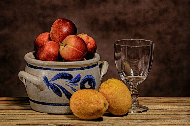 Stilleven: Een stilleven is een artistieke compositie (schilderij, tekening, foto) van roerloze of levenloze voorwerpen, die met zorg zijn belicht. Je aandacht valt alleen maar op de appels, glas, schaal en de citroenen. het is levenloos want het beweegt niet.