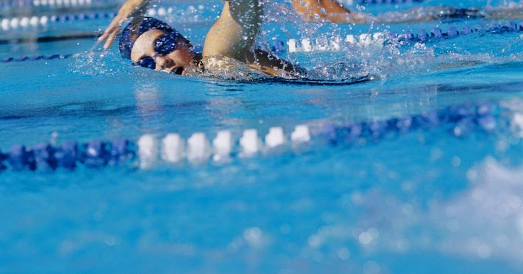 Como usar uma prancha de natação. Uma prancha de natação é um equipamento que permite ao nadador manter sua cabeça fora da água enquanto pratica as pernadas. As pranchas são encontradas em uma variedade de formas e tamanhos, mas todas possuem o mesmo propósito e podem ser utilizadas da mesma maneira. Quando você aprender a segurá-la da maneira correta, você poderá concentrar-se em ...