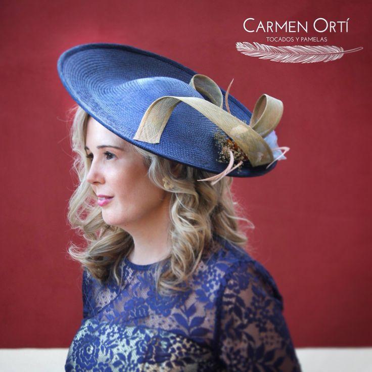Elegante tocado en plato azul con motivo en oro #invitadaperfecta