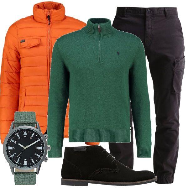 Il bell'arancione della giacca a vento dà un tocco di vivacità anche nelle grigie giornate invernali. Sotto, un bel maglione a collo alto, verde scuro, abbinato all'orologio, pantaloni cargo neri e stringate sportive nere, scamosciate.
