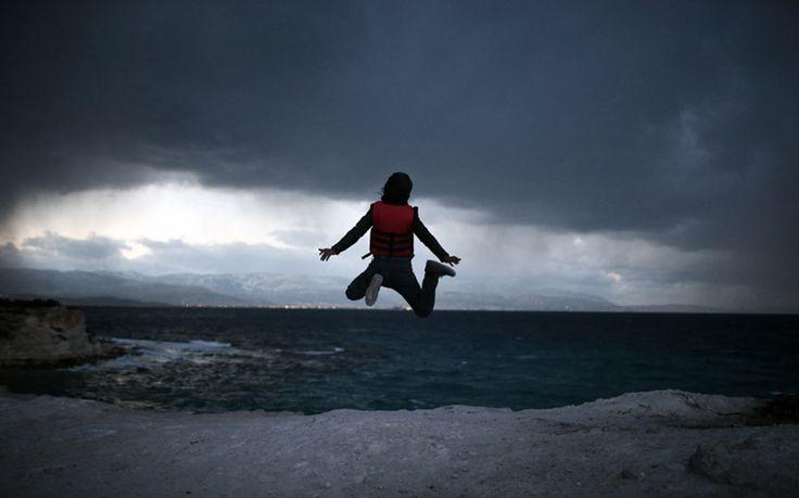 Ένας μικρός πρόσφυγας κάνει άλματα στον αέρα αναμένοντας να περάσει με τον καινούργιο χρόνο στα ελληνικά νησιά από το Τσεσμέ της Μικράς Ασίας.