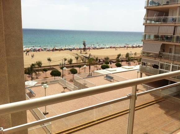 CASTELLÓN, PEÑISCOLA Apartamento en 1ª línea de playa, urbanización Argenta. Dispone de dos dormitorios, baño, salón comedor con sofá cama y cocina integrada y terraza con #VistasAlMar. Situado en un edificio con #ascensor, #piscina comunitaria, salida directa al paseo marítimo y plaza de garaje. Ubicado en una zona comercial y próximo a parada de autobús. #ApartamentoVistasPlaya #Peñiscola  #Castellón