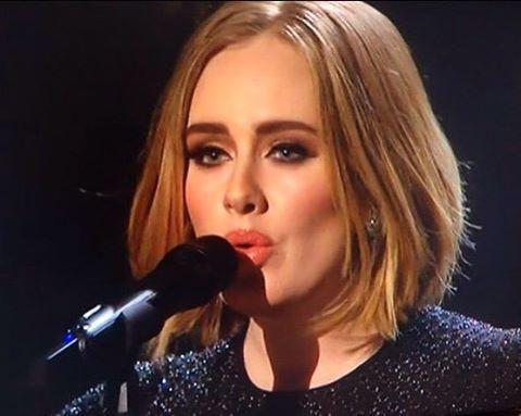 @adele mostrou um novo visual noite passada ao participar do X-Factor britânico! Além de ter arrasado na apresentação, o novo corte também chamou atenção. Que tal? #adele
