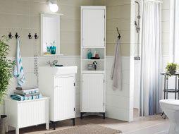 Un bagno dallo stile country nei toni del bianco