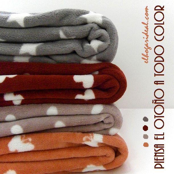 Mantas y plaid grises, granates y marrones para sofá. http://elhogarideal.com/es/42-mantas-y-plaids-ideales